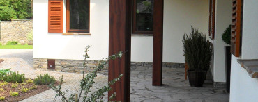 schody wykonane z łupka bałkańskiego szaro-brązowego