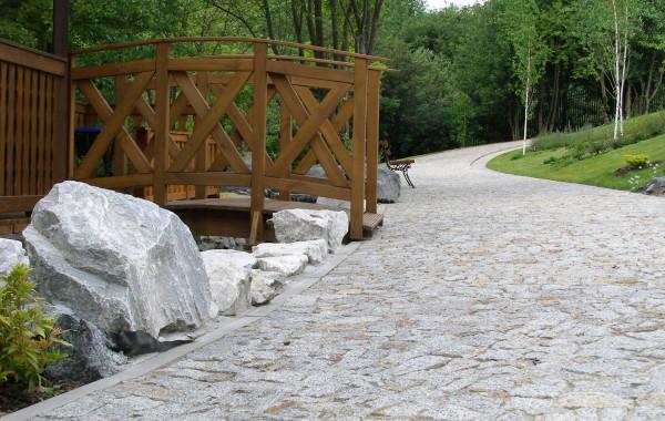 Droga wykonana z granitu szaro-rudego