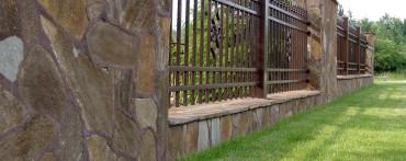Ogrodzenie wykonane z łupka bałkańskiego brązowego