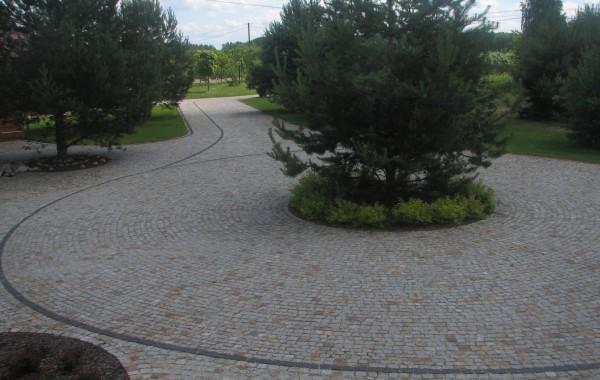 Podjazd wykonany z kostki granitowej szaro-rudej