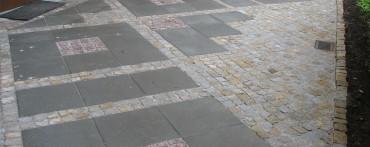 Nawierzchnia wykonana z kostki granitowej szaro-żółtej
