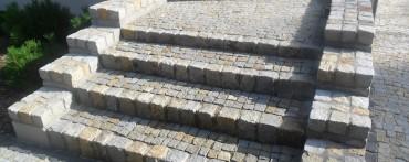 Schody wykonana z kostki granitowej melanż