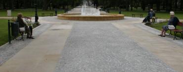 Nawierzchnia wykonana z kostki granitowej szarej i płyt piaskowca