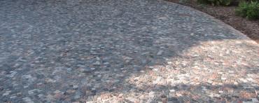 Podjazd wykonany z kostki granitowej kolorowej
